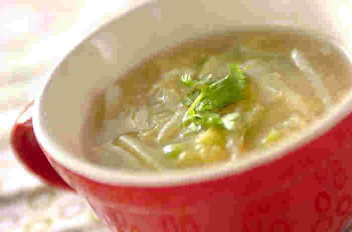 朝一杯スープを飲んで胃腸の働きを促し、なおかつ身体を温める作用が期待できる白菜と生姜がたっぷり入ったスープのレシピ。時間があれば、ご飯を入れリゾット風にいただいたり、そうめんを入れて温麺にしても◎。