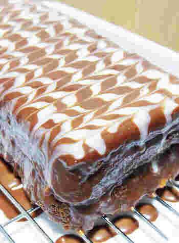 ザッハトルテをパウンドケーキで。コーティングしたチョコの上にホワイトチョコを縞のようにたらし、それを交互に切るように細い棒を滑らせて模様を作ります。