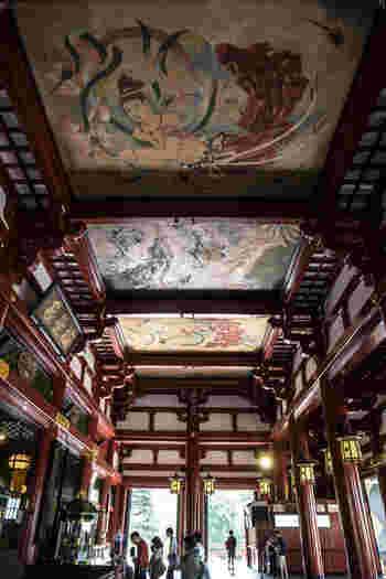 凛とした空気を感じる本堂には、観音さまが祀られています。高い天井が特徴の建物は628年の創建以来、火事や地震、戦災などで何度も被災して再建されてきました。現在の本堂は、創建当時の姿を基本に、鉄筋コンクリート造りで再建されたもの。天井に描かれた天人之図なども圧巻です。