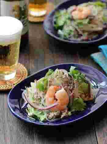 タイの春雨サラダといえばヤムウンセンが有名ですね。茹でた豚ひき肉とエビをレモンベースのドレッシングで和えた一品。酸味と辛味が後引く美味しさです。 ヤムウンセンの素はイオンスーパーや輸入食品店でも売られているので、お手軽に作りたい時は市販のタレを使うのもOK!