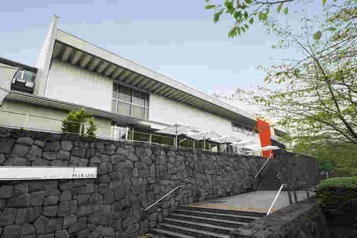 東京国立近代美術館内にある「L'art et Mikuni(ラー・エ・ミクニ)」。レストランまでの重厚な石積みのアプローチが印象的です。階段の上からは、彫刻家や画家など多彩な才能を持つイサム・ノグチ氏の名作「門」を間近に観ることができます。