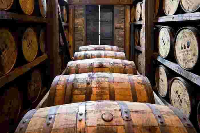 蒸留されたばかりのウイスキーは無色透明ですが、樽の中でじっくり時間をかけて熟成させることで、まろやかな味わいが増し、美しい琥珀色に変わっていくんです。