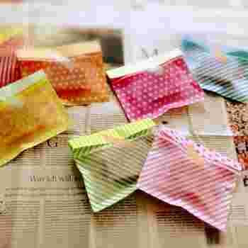 100円ショップで売られているワックスペーパー風の折り紙を使ったかわいいラッピング方法。表と裏を張り合わせるだけの簡単な袋を作ったら、スイーツを入れてマスキングテープでとめるだけ。