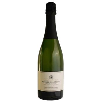 醸造用のぶどうを栽培している余市町は、積丹半島の東にあり北海道のなかでは比較的温暖な気候の地域です。「北ワイン ケルナースパークリング」は、余市で栽培されたドイツ産白ぶどう・ケルナー使った辛口のスパークリングワイン。シトラスの爽やかな味わいや、洋梨に似た上品な香りが特徴です。