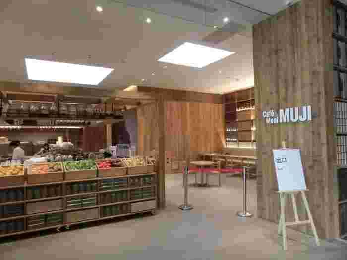 1階にイートインの他テイクアウトもできる「Café&Meal MUJI」、4階に「MUJIダイナー(MUJI Diner)」が併設されているので、滞在中の食事も安心です。