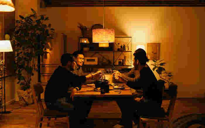 リラックスタイムはふんわりとした、包まれるような明かりに。食卓を照らす明かりは料理を美味しく見せる明かりに。理想の明かりはそのときどきで違うもの…。