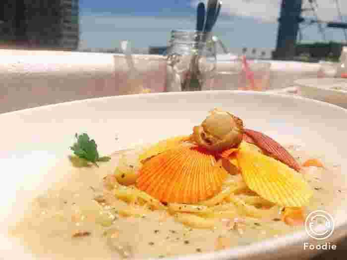 「マーメイドクラムチャウダースパゲッティ」は、カラフルなヒオウギ貝がおとぎ話の世界のよう。お魚で取った出汁の旨みが感じられ、見た目だけでなく味も満足できるメニューがいただけます。