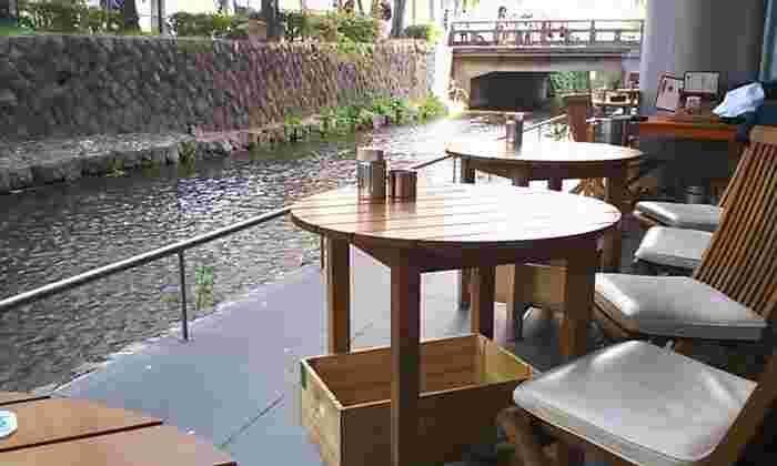 京阪本線の三条駅から徒歩約3分のところにあるイタリアンのお店。すぐそばを川が流れています。