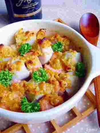 里芋や鮭とよく合う味噌味に、バターのコクをプラスしてオーブン焼きに。ガーリックの風味も食欲をそそります。贅沢な仕上がりですが、とても簡単!彩りもいいですね。