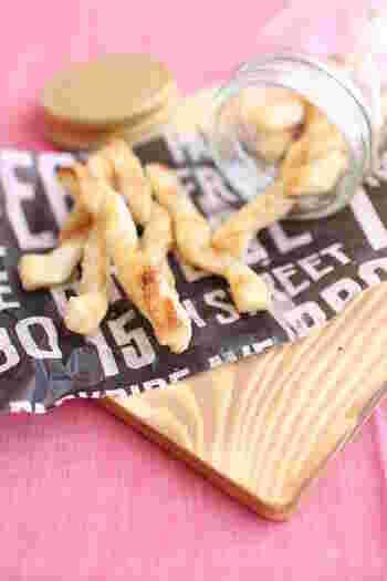 冷凍パイシートを棒状にカットして、粉チーズとシナモンシュガーを振ってオーブントースターで焼くだけの簡単レシピ。ねじって形に変化をつけてみましょう。