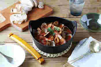 フィンランド在住経験をもつ三代目が当主を務める「釜定」の洋鍋は、伝統的でありながら北欧風の洗練された印象。取り外し式の木製の取っ手がナチュラルな雰囲気で、重厚感を和らげてくれます。大・中・小の3サイズ。