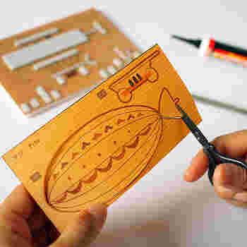 ハサミでチョキチョキ。なんと、これも木工キット。木製の貼り絵なんです。木をハサミで切るなんて、なんだか不思議ですねー。