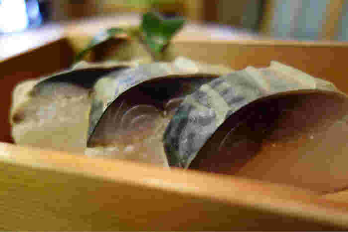 鯖寿司専門店ですので、ご注文はぜひ鯖寿司をおすすめします!看板メニューの「吟撰鯖寿し」や「鯖あぶり寿し」は絶品で、差し入れや楽屋見舞いにも人気だそう。