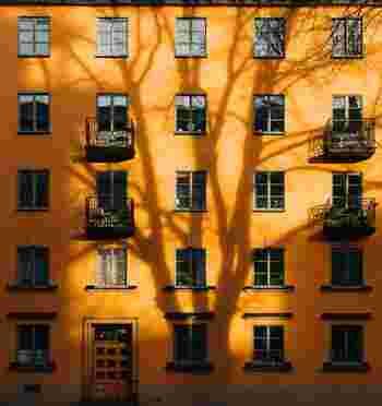 スウェーデンの街並みを歩いていると感じること、それは「お家の色が明るい」ということです。スウェーデンの冬は雪でスッポリ埋まってしまうことが多いです。そのため、お家くらいは暖色にして温かい気持ちになろうという考えが強く根付いています。