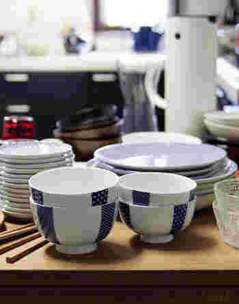 """手前は、人気の「花茶碗」シリーズ。白磁に藍色の柄が映えたシンプルなデザインは毎日使っても飽きのこないデザイン。いつものお茶碗や取り皿をこだわりの""""いいもの""""に変えてるだけで丁寧な暮らしが送れそうな気がします。"""