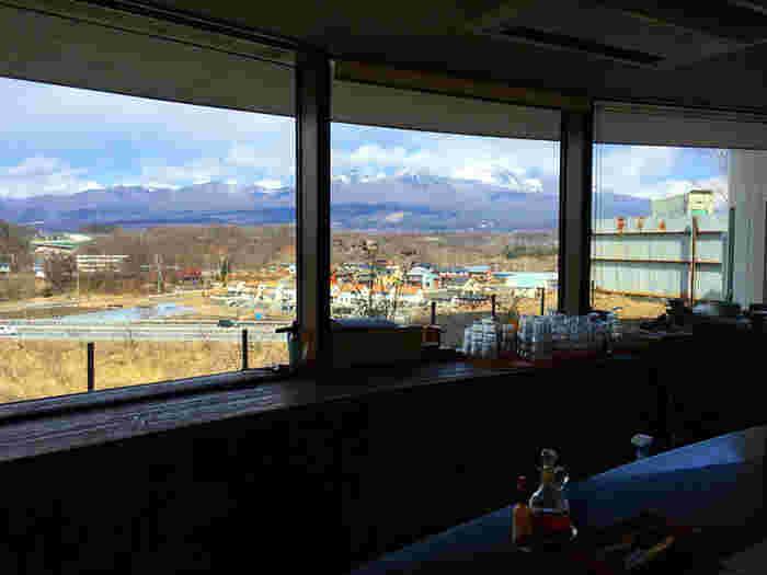 高台にあるお店の店内からは浅間山が見え、雄大な景色も旅の醍醐味です。遠くまで見渡せる開放感を楽しみましょう。