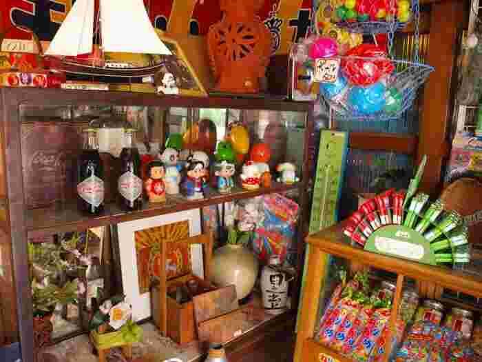会津若松市にある「骨董倶楽部(コットンクラブ)」と「昭和なつかし館」。1階が骨董倶楽部というアンティークショップになっていて、ブリキのおもちゃを初めとする昭和の雑貨を購入することができます。