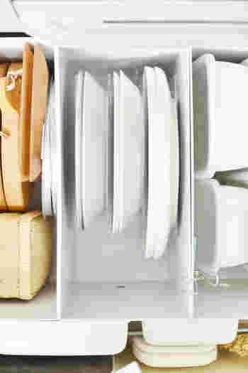 立ててしまいたいときは「アクリル仕切りスタンド 3仕切り」が便利。他にも、お鍋の蓋をしまっても良いですね。