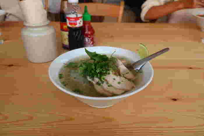 こちらでいただく事ができるのが、店名にもある「フォー」です。「フォー ラスカル」のスープは、透明で美しくしっかりと鶏の出汁が効いています。ライムを絞っていただくと爽やかな酸味もプラスされ、体に心地よく染み渡りますよ。