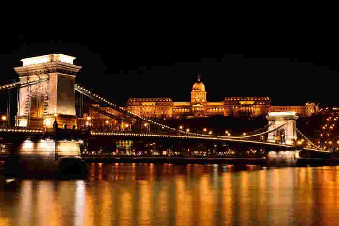 ブタペストの夜景で有名なのが、この王宮と鎖橋。中世の街並みを当時のまま見ることができるこの場所は、世界中の人々を虜にしています。