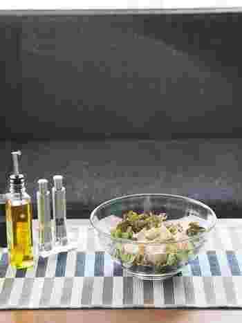 フタのハンドルをを回すだけで、水切りが簡単にでき、スピナーざるは、細かくカットした食材でもはみ出しにくく作られているため、コールスローなどを美味しく作れます。ボウルはしっかりした作りで、和洋どんなインテリアにもあうシンプルなデザインなのでそのまま食卓に出せて◎。