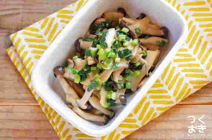 ごま油の香りがクセになる、ネギ塩味のレシピ。油で炒めたキノコとネギに、中華スープの素、醤油、ごま油で味付けして完成。お弁当のおかずやおつまみにぴったり。
