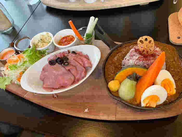 自家製のローストビーフとひよこ豆のカレーのプレートも人気。しっとりやわらかなローストビーフとお野菜たっぷりで、食べごたえ満点です。