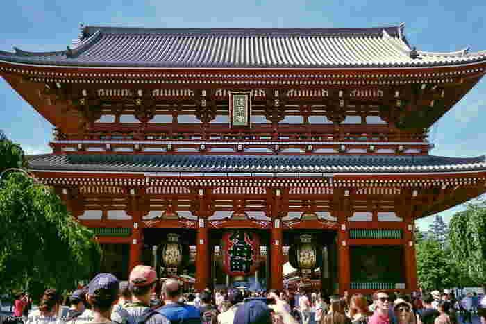浅草寺は、1400年近い歴史のあるお寺です。浅草のシンボルでもある雷門は、正式名称を「風雷神門」といい、風水害除けと五穀豊穣の祈りがこめられています。何気なく通り過ぎてしまう雷門も、浅草寺の歴史を知ると関心が深まるのではないでしょうか?