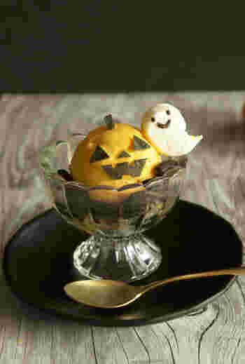 たっぷりのかぼちゃが入ったアイスクリームに皮をトッピングして、ジャック・オー・ランタンの顔に。お化けは、半分にカットしたマシュマロを電子レンジで温め、水で濡らした箸を使って尻尾の部分を伸ばして形を整えたら、フードペンで顔を描くだけ。見た目だけじゃなく、たくさんのかぼちゃを使ったアイスはいつものデザートにも使えそう。