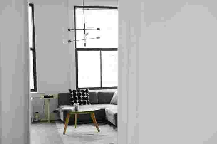 部屋の雰囲気にぴったりのシックでデザイン性の高いライティング。  家具やファブリックは飽きのこないシンプルなものがオススメですが、その分ライティングは遊び心を持って選んでみましょう。