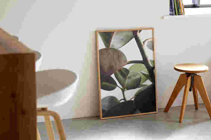 まるでそこに大きな植物を飾っているかのように見える、こちらも「Paper Collective(ペーパーコレクティブ)」のアートポスターです。50x70cmというビッグサイズなので、存在感も抜群でフェイクグリーン感覚で飾りたいという希望をしっかりと叶えてくれます。