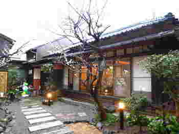 2014年2月にオープンした「穀菜カフェ ソラフネ」は、鎌倉駅から歩いて7~8分のところにあります。平屋の日本家屋をリノベーションしたカフェで、大きな窓が開放感いっぱい。お庭の木々もお楽しみの一つですね。