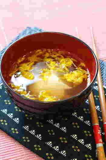 菊を食べ慣れていなくても取り入れやすいのがお吸い物。お出汁に菊の香りが合わさります。シャキシャキした菊の食感は吸口としても相性の良い取り合わせです。