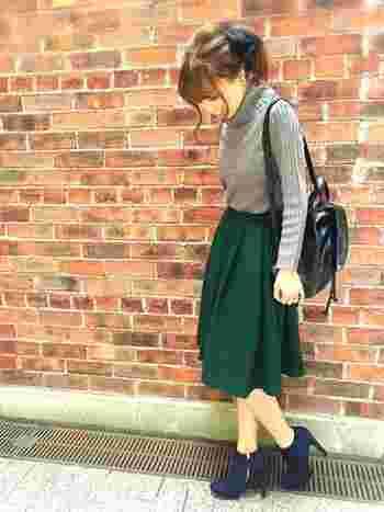 女性らしい着こなしにもリュックは「アリ」です。ポイントは細い肩紐と合わせやすいブラックのカラーを選ぶこと!