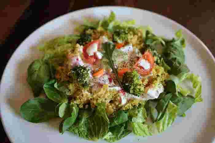それゆえ、生野菜のサラダとして使われるサラダほうれん草。柔らかくフレッシュなサラダほうれん草の使い方は自由自在です!