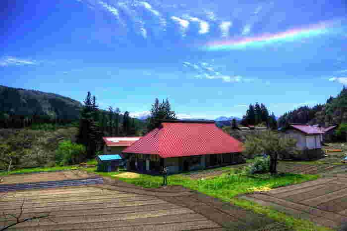 虹のように線状に見えるけれど、虹のようにアーチにはなっていない。それが環水平アークです。