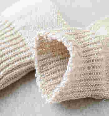 """コルトレイクリネンは、厳選された特別な農場で栽培する、その年の一番良い出来とされる""""フラックス(亜麻)""""で作られる糸。チクチク感は全くなく、なめらかでナチュラルな風合いが特徴です。保温性があり乾きも速いので、いつも足元はさらさら快適ですよ♪"""