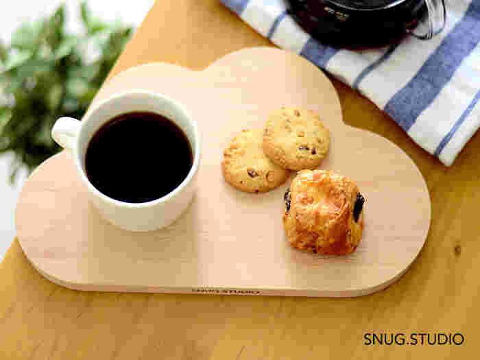 もくもくとした雲の形が可愛らしい「SNUG.STUDIO(スナッグ・ステューディオ)」のカッティングボードは、使うのが楽しみになるワクワクするデザイン。クッキーとコーヒーを乗せてトレイ代わりにしたり、料理をちょこっとずつ盛り付けてワンプレートご飯にしても◎