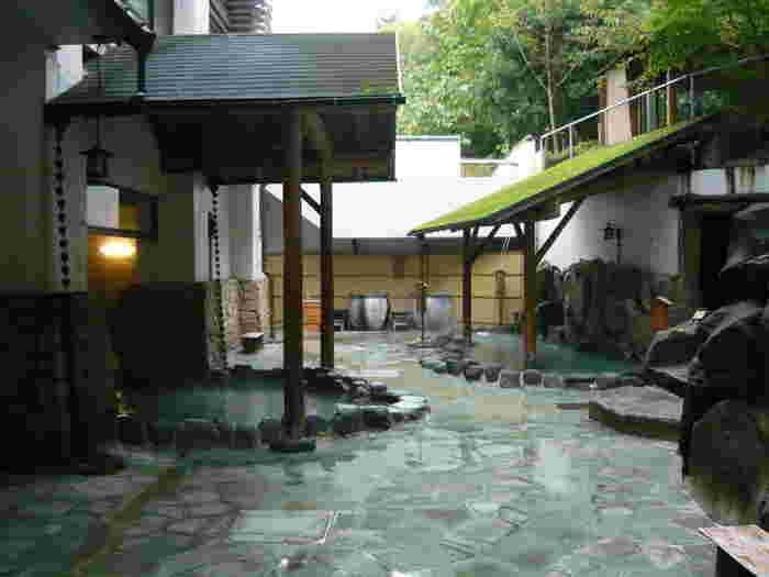 箱根湯本温泉では、日帰りでも楽しめる宿泊施設が豊富にあります。  食事やバイキングとセットになったお得のプランも様々に用意され、温泉とともに、宿ならではの雰囲気や食事が楽しめます。以下の観光協会のHPで検索が出来るので、予算や日程などと照らし合わせて、好みの温泉施設を選んでみましょう。 【日帰りでも温泉が楽しめる「箱根の湯 花紋」の『湯めぐり茶屋』】