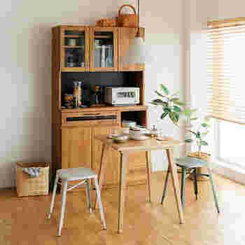 1人暮らしや2人暮らしのお家なら、ダイニングの椅子をスツールにするのもおすすめ。細めの脚でより圧迫感が少ないのでお部屋を広く見せてくれます。