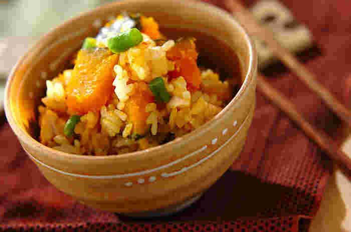 かぼちゃの主食レシピをマスターしておけば、おかずが少ない日のお食事に役立ちます。もち米を入れて、ほっこりと炊き上げたもっちもちのご飯。皮ごと炊きあげると彩りがいっそうきれいに♪