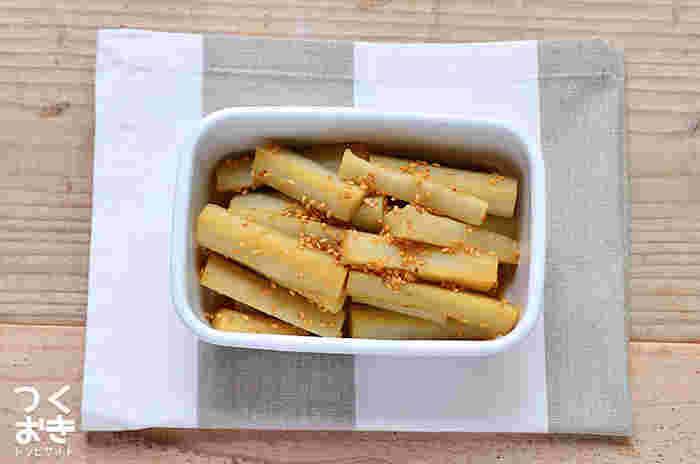 和食だと煮物にすることが多いごぼう。酢ごぼうにすれば箸休めにもなりますし、保存期間も一週間と長めの何かと役立つ常備菜に。材料も作り方もシンプルなので、ぜひ一度試してみて!