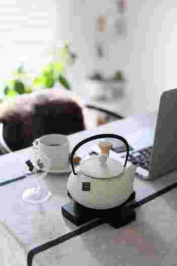 こんなふうにティーバッグタイプのお茶をインすれば、もっと手軽に美味しいお茶が楽しめます。長時間保温してくれるので、デスクワークや読書のお供にぴったりです。