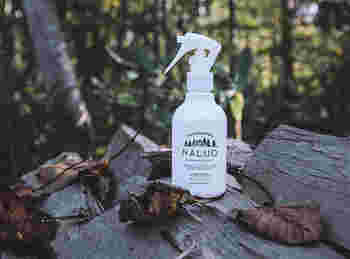 """夜眠りにつくときいい香りに包まれると心も休まります。リネンウォーターなら、アロマオイルよりももっと気軽に香りを楽しめます。こちらは、""""森""""をイメージして作られた香り。夜のリラックスタイムに欠かせないブランケットやベッドリネンにひと吹きすれば、ちょっとした森林浴気分を味わえますよ。"""