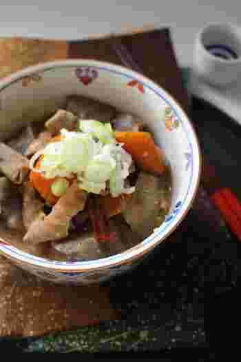 日本酒との相性ばっちり、モツ煮込み。じっくりコトコト煮込んで、こっくり味がしみ込んだしみじみ深い美味しさです。