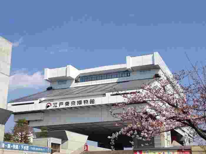 1階には、特別展示室の他、ミュージアムショップ、レストラン、展覧会や季節に関する映像を上映すている映像ホール、墨田区文化観光コーナーがあります。5階・6階が吹き抜けになった常設展示室と、5階はミュージアムショップ。7階は、江戸東京の歴史・文化に関する約20万点蔵書を誇る図書室、映像ライブラリー、レストランという構成です。 建物の地上部分の高さは約62mと、江戸城の天守閣とほぼ同じ高さに設定しているそうですよ。