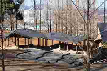 晴れた日にはピクニック気分♪子ども劇場横の屋根付きベンチでお弁当を食べるのもおすすめです。