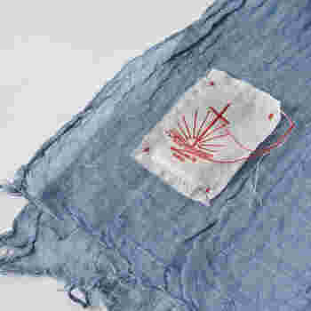 コルトレイクリネン糸によって丁寧に織られた蚊帳生地でつくられているから、軽く柔らかな肌当たりが魅力。程よい透け感に、ふっくらと空気を含んだボリューミーなフォルムがさりげない存在感をプラスしてくれます。