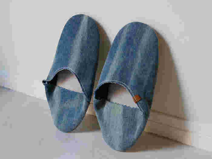 なんといっても、デニム素材のスリッパはカジュアルな雰囲気が魅力。カップルでお揃いで履いても素敵♪デニムの固さが気になるところですが、足裏部分には低反発の中材を使用。足に程よくフィットし、履き心地も快適です。