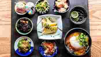心も体もほっとする「おばんざい」を定食で気軽に食べるなら、こちらの「京は菜」へ。  季節の食材を用い、選び抜かれたおばんざい7品に、小サイズの「てりすき丼」がつく「おばんざい定食」は、食べ応えも抜群。